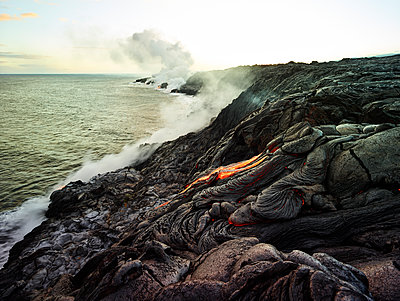 Hawaii, Big Island, Hawai'i Volcanoes National Park, lava flowing into pacfic ocean - p300m1567855 von Christian Vorhofer