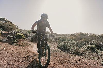 Spain, Lanzarote, mountainbiker on a trip in desertic landscape - p300m2102568 by Hernandez and Sorokina