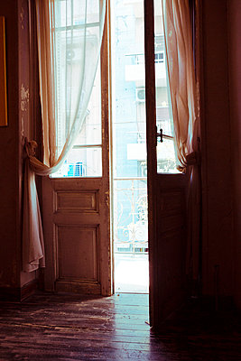 Alte geöffnete Balkontür  - p432m1508446 von mia takahara