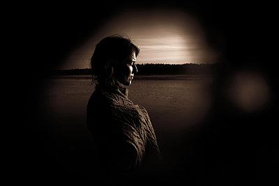 Woman by the lake - p945m2157544 by aurelia frey