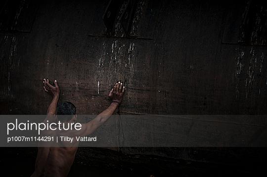 Man pushing a wall - p1007m1144291 by Tilby Vattard
