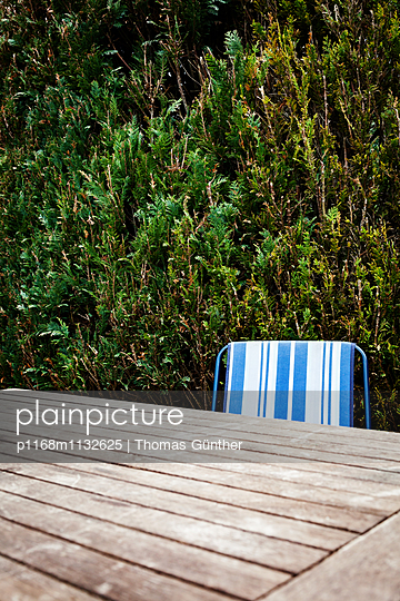 Table in allotment garden - p1168m1132625 by Thomas Günther