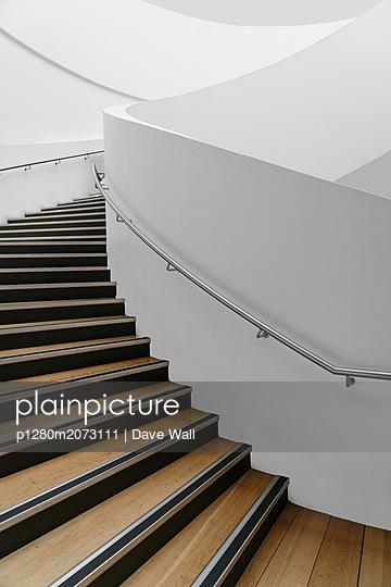 Modernes Treppenhaus - p1280m2073111 von Dave Wall