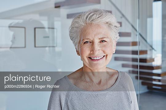 Südafrika, Western Cape, Yzerfontein, Immobilie, modernes Haus, Seniorin, Hausbesitzer, Eigenheim, Glück - p300m2286934 von Roger Richter