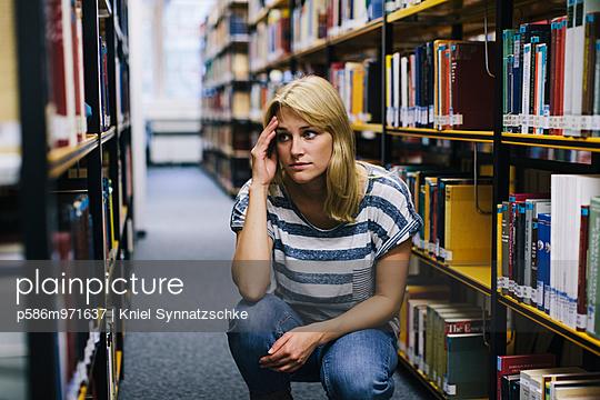 Junge Frau in der Bibliothek - p586m971637 von Kniel Synnatzschke