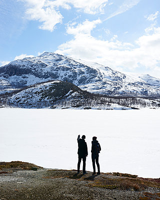 Paar an zugefrorenem Bergsee - p1124m1133126 von Willing Holtz