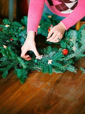 Woman making Christmas wreath - p343m2026028 by Kirill Bordon