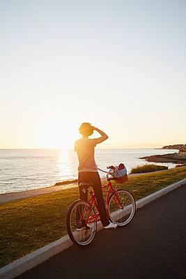 Fahrradtour am Meer - p464m1104662 von Elektrons 08