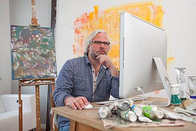 Künstler am Computer - p830m826091 von Schoo Flemming