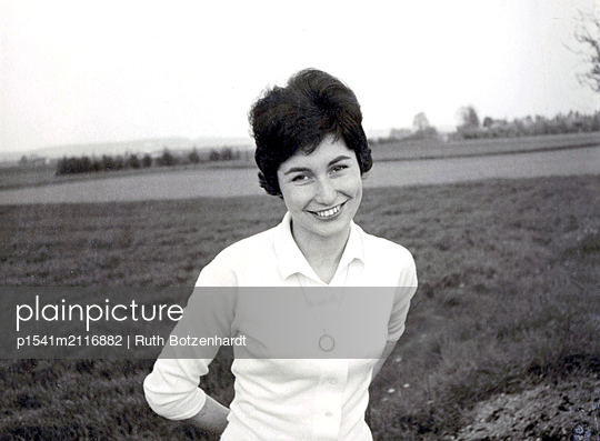 Portrait of young woman in the countryside - p1541m2116882 by Ruth Botzenhardt