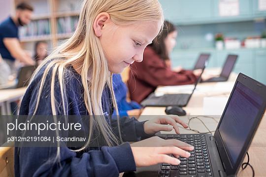 Girl in classroom using laptop - p312m2191084 by Scandinav