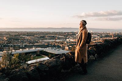 Woman enjoying view from Calton Hill, Edinburgh, Scotland - p429m2098550 by Sara Monika