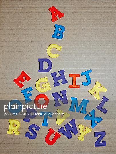 Das ABC aus Plastikbuchstaben - p358m1525497 von Frank Muckenheim