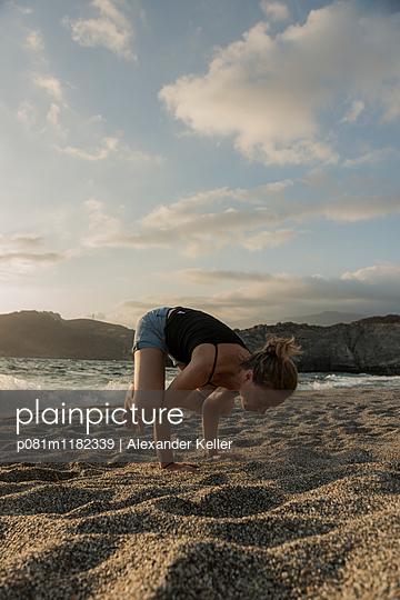Yoga am Strand auf Kreta - p081m1182339 von Alexander Keller