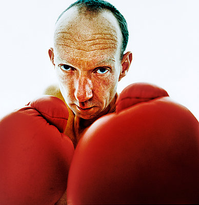 Portrait of man with boxing gloves - p1207m1109470 by Michael Heissner