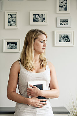 Traurige junge Frau - p1221m1149967 von Frank Lothar Lange