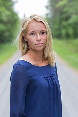 woman on a forest road - p1323m2015138 von Sarah Toure