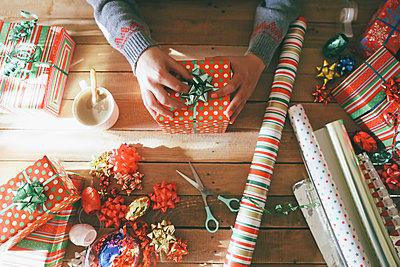 Woman's hands placing tie on Christmas gift - p300m1189581 by Retales Botijero