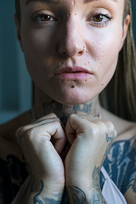Tattooed woman - p427m2082722 by Ralf Mohr