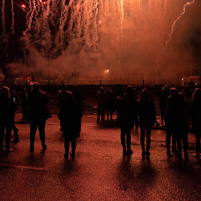 Spectators look at fireworks, Iceland - p1624m2195964 by Gabriela Torres Ruiz