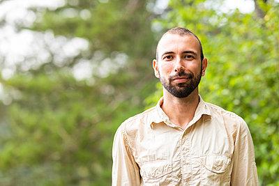 Portrait of confident man outdoors - p300m2062967 von William Perugini
