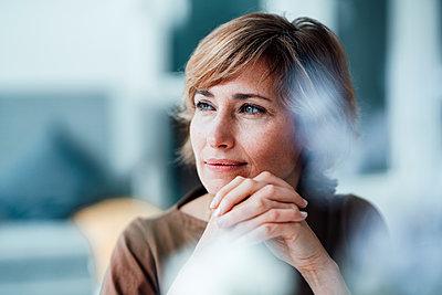 Deutschland, NRW, Essen, Business, Frau, 42 Jahre, Geschäftsfrau, Arbeit, Beruf, kurze Haare, Casual Business - p300m2290566 von Joseffson