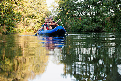 Smiling couple kayaking in creek - p429m1450489 by Colin Hawkins