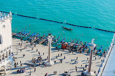 High angle view of people in Piazza san Marco by the water; Venice, Veneto, Italy - p442m935176 by Mats Silvan