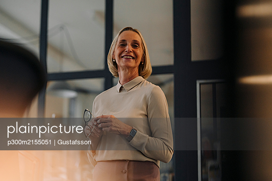 Portrait of smiling mature businesswoman in office - p300m2155051 by Gustafsson
