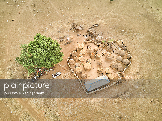 Aerial view of a Kamberi tribe village and our 4x4 in Nigeria. Ibadan area, Nigeria. - p300m2167117 von Veam