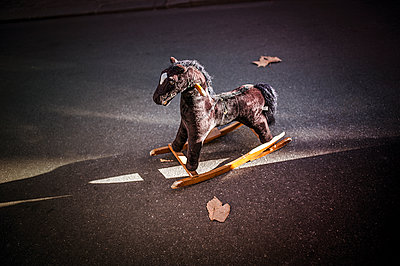 Rocking  horse - p1007m1134069 by Tilby Vattard