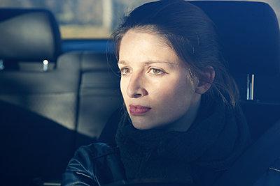 Frau im Auto - p1356m1207864 von Markus Rauchenwald