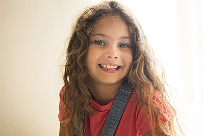 Little girl with curly hair, portrait - p1640m2246130 by Holly & John
