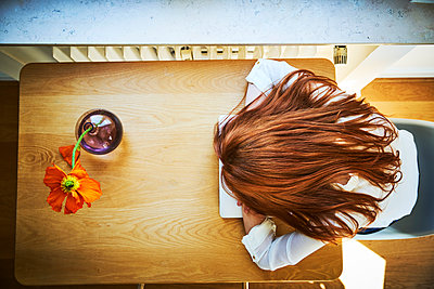 Redheaded woman resting at table with laptop, top view - p300m1562631 by Jo Kirchherr