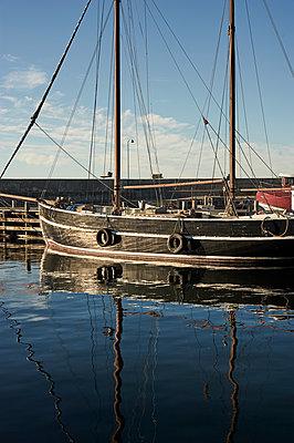 Altes Segelschiff im Hafen - p900m1172474 von Michael Moser