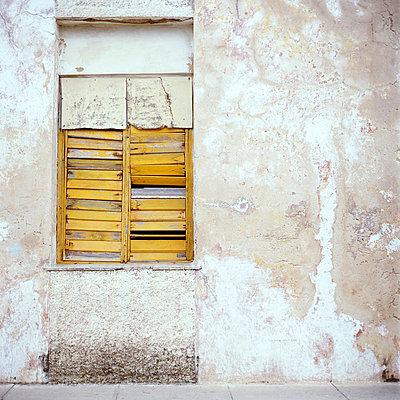 Fenster mit Holzlamellen - p9791927 von Kriwy