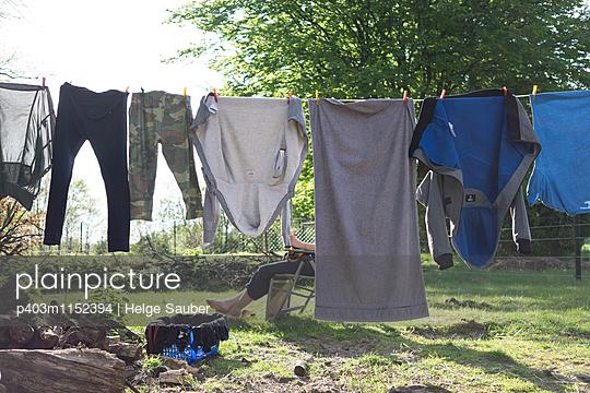Wäsche trocknen - p403m1152394 von Helge Sauber