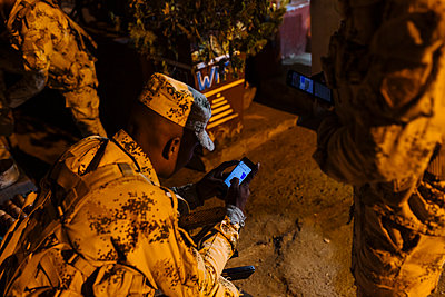 Soldier using smartphone - p1177m2111167 by Philip Frowein