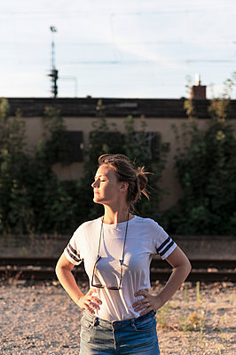 Woman in the evening sun, portrait - p1609m2257941 by Katrin Wolfmeier