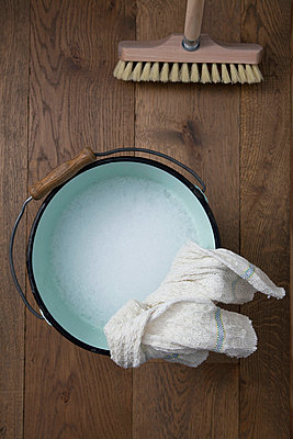 Cleaning the floor - p4541372 by Lubitz + Dorner