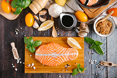 Raw salmon on cutting board with ingredients - p555m1521626 by Aleksandr Kuzmin
