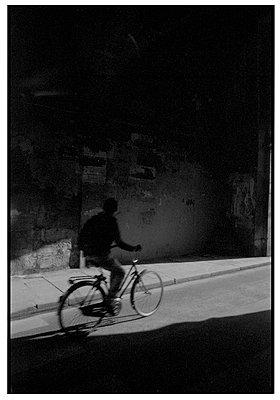 Fahrradfahrer in Paris - p567m1212513 von Alexis Bastin
