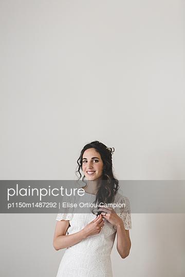 Beautiful bride, portrait - p1150m1487292 by Elise Ortiou Campion