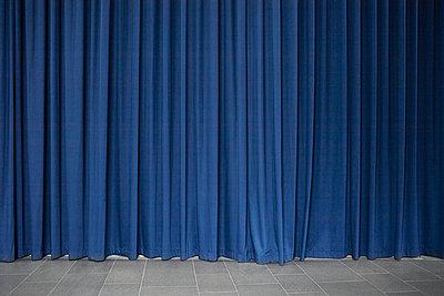 Blauer Vorhang - p1017m749088 von Roberto Manzotti
