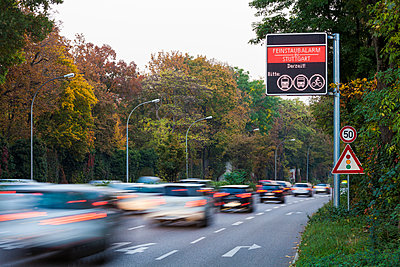 Germany, Stuttgart, Warning sign for particulate pollution on highway - p300m1205168 by Werner Dieterich