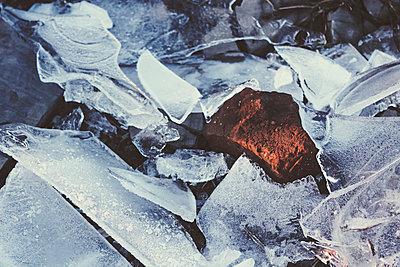 Germany, North Rhine-Westphalia, Wuppertal, Brick enclosed by cracked ice in winter - p300m2154705 by Dirk Wüstenhagen