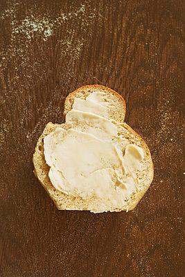 Brioche mit Butter - p781m1000186 von Angela Franke