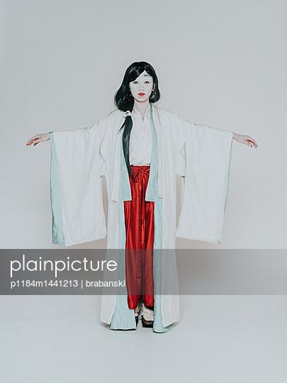 Young woman wearing kimono - p1184m1441213 by brabanski