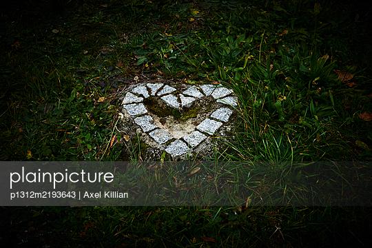 Weißes Herz aus Stein nachts auf einem Friedhof - p1312m2193643 von Axel Killian