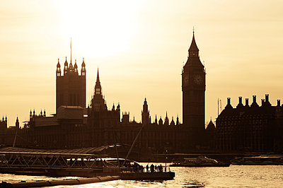 UK, London, view to River Thames, Big Ben, Houses of Parliament and Westminster Bridge at sunset - p300m1228097 by Günter Flegar